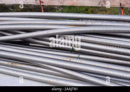 Metallrohre in einem Stapel auf der Baustelle - Stockfoto