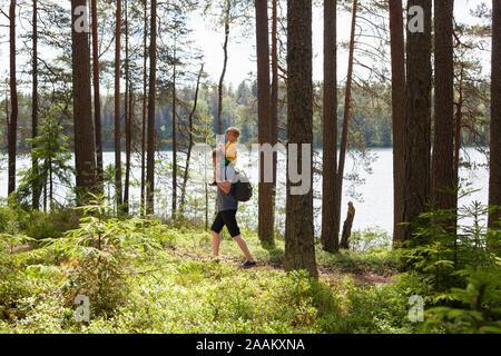 Vater Sohn piggyback Ride in Wald, Finnland - Stockfoto