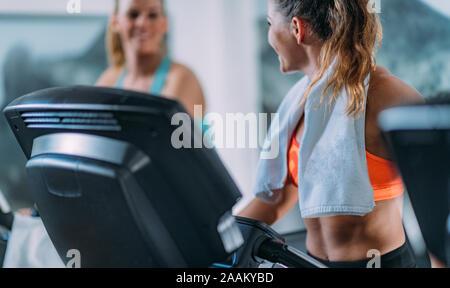 Frauen mit Laufband im modernen Fitnessraum. - Stockfoto