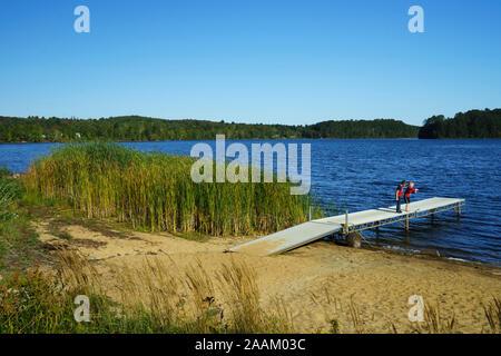 Zwei Jungen spielen auf ein Dock, Insel Teich, Vermont, USA. - Stockfoto