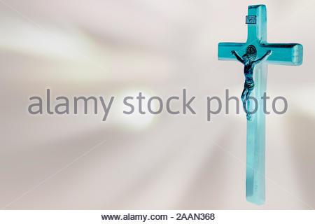 Jesus am Kreuz auf Rosa bokeh Hintergrund - Stockfoto