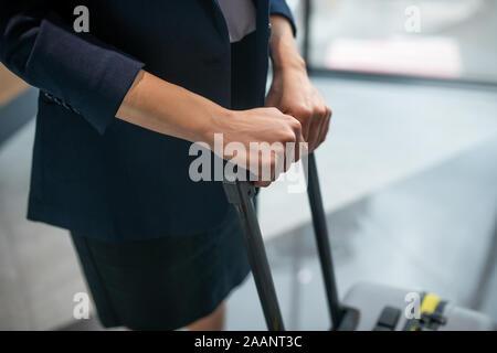 In der Nähe der Frau, die in der Nähe von ihr Gepäck während der Eingabe Hotel - Stockfoto