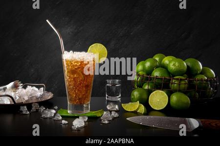 Cuba Libre - traditionelle Rum trinken mit Zitrone und Koks - Stockfoto