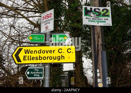 HS2 Opposition unterzeichnen in Wendover, Buckinghamshire, Großbritannien. 27. Februar, 2012. Eine Reihe von High Speed Railway HS2 Opposition Zeichen sind an der Vorderseite der Häuser und Geschäfte im Dorf Wendover wurde in der Grafschaft Buckinghamshire. Viele Bewohner der geplante HS2 High Speed Rail Link von London nach Birmingham Gegensatz, wie es erwartet wird, dass sich die Zerstörung der Landschaft, ländliche Lebensräume und uralten Wäldern zu führen. Credit: Maureen McLean/Alamy - Stockfoto