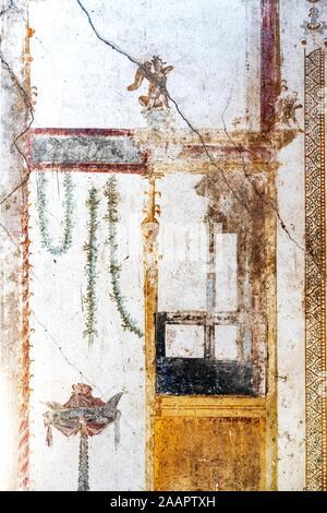 Geflügelte Amor kämpfen, wenig Götter des antiken Rom in Pompeji. - Stockfoto