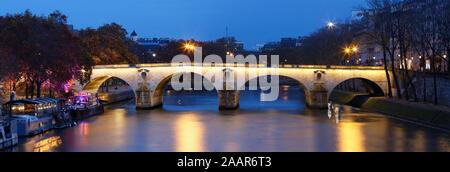 Der Blick auf die Brücke Ponte Marie über Seina River bei Nacht, Paris, Europa. - Stockfoto