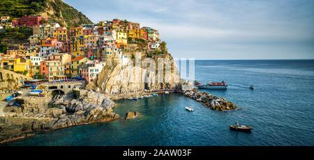 Manarola, Cinque Terre Küste von Italien. Manarola ist eine schöne kleine Stadt in der Provinz von La Spezia, Ligurien, im Norden von Italien und einer der - Stockfoto