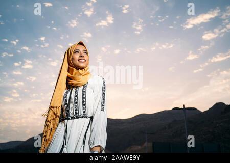 Junge muslimische Frau tragen gelbe Hijab - Stockfoto