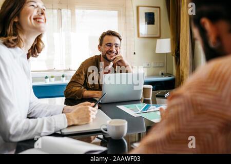 Gerne Freunden gemeinsam am Tisch zu Hause - Stockfoto