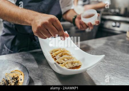 Koch garnieren Schüssel mit Essen - Stockfoto