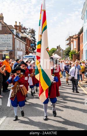 Die niederländische Trommelfluit Band marschieren entlang der Hauptstraße, während der Parade an der Faversham Hop Festival. Im 17. Jahrhundert orange Uniformen gekleidet. - Stockfoto