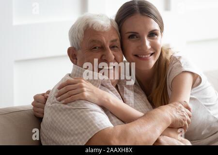 Kopf Nahaufnahme portrait Glücklich zwei Generationen Familie kuscheln. - Stockfoto