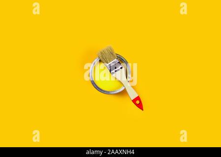 Sanierungskonzept. Gelber Hintergrund mit Farbe und Pinsel. Flach, Ansicht von oben, kopieren. - Stockfoto