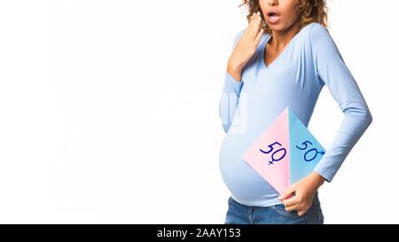 Afro Frau erwartet 2 Babys, weißer Hintergrund - Stockfoto