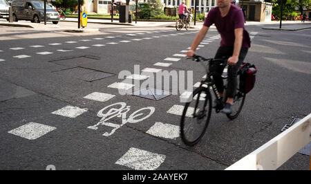 Ein gekennzeichneten Radweg Kreuzung an Finsbury Square Kreuzung Chiswell Street und City Road befahrenen Straße Kreuzung in London England. - Stockfoto