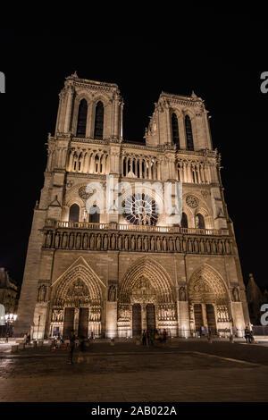 Eine Westfassade der Kathedrale Notre-Dame de Paris beleuchtete in der Nacht, Paris - Stockfoto
