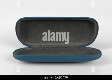 Eine isolierte leere Gläser Fall vor einem weißen Hintergrund. - Stockfoto