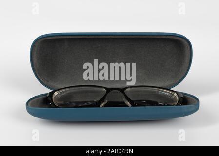 Eine offene isoliert Gläser mit einer schwarzen Brille vor einem weißen Hintergrund. - Stockfoto