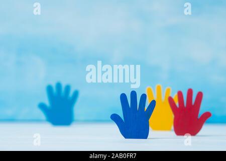 Bunte Rätsel Hände auf blauem Hintergrund. Welt Autismus Bewußtsein Tag Konzept - Stockfoto