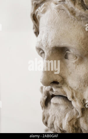 Teil der Kopf des Asklepios. Römische Kopie der griechischen Skulptur. - Stockfoto