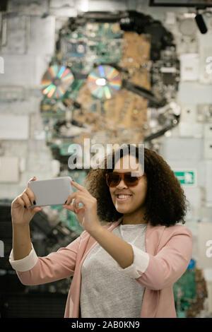 Glückliche junge interkulturellen weiblichen Touristen mit Smartphone, selfie - Stockfoto