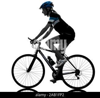 Eine kaukasische Radfahrer Frau Radfahren Reiten Fahrrad in Silhouette auf weißem Hintergrund - Stockfoto