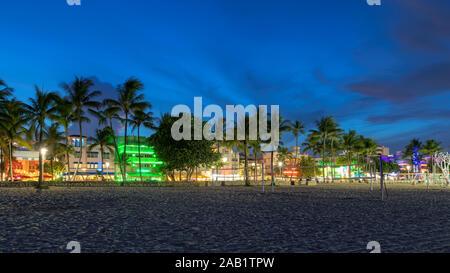 Ocean Drive in Miami Beach bei Nacht - Stockfoto