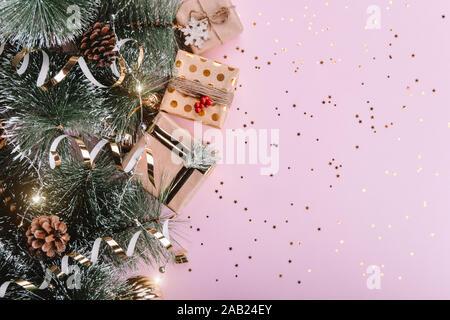 Helle Weihnachten rosa Hintergrund mit Gold Dekorationen - Stockfoto