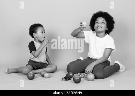 Junge niedlichen Afrikanischen Geschwister zusammen in Schwarz und Weiß - Stockfoto