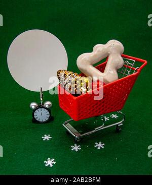 Warenkorb mit weihnachtlichen Dekor und ein leeres Zeichen für den Text. - Stockfoto