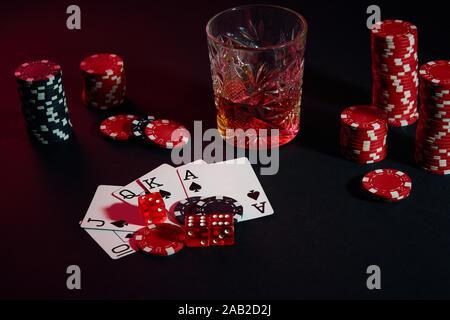 Karten Poker Spieler. Auf dem Tisch sind Chips und einem Glas Cocktail mit Whiskey. Kombination von Karten - Royal Flush - Stockfoto