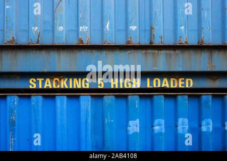 Übereinander gestapelte Container im Hafen   übereinander gestapelte Container im Hafen   - Stockfoto