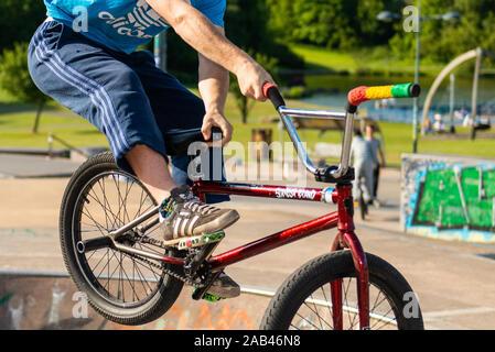 Pro, professionellen BMX-Fahrer konkurrieren in einem jährlichen Wettbewerb an der Stoke on Trent Skatepark, Reiten rund um den Park, Schüssel und Wände tricks durchführen - Stockfoto