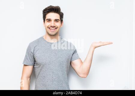 Junger Mann etwas mit seiner Hand - Stockfoto