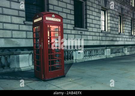 LONDON - November 20, 2019: Rotes Telefon phone Box stand in London bei Nacht - Stockfoto