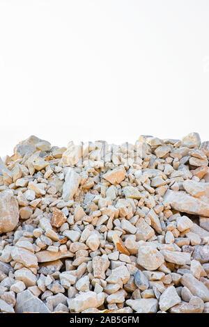 Stapel von Kies, Steine und Felsen in verschiedenen Größen auf weißem Hintergrund - Stockfoto