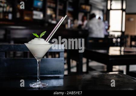 Classic Daiquiri Cocktail auf hölzernen Tisch - Stockfoto