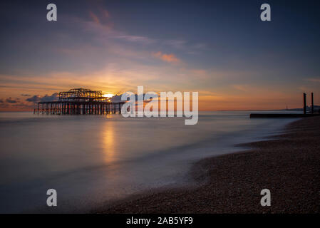 West Pier bei Sonnenuntergang, Brighton, Hove, East Sussex, England, UK, GB - Stockfoto