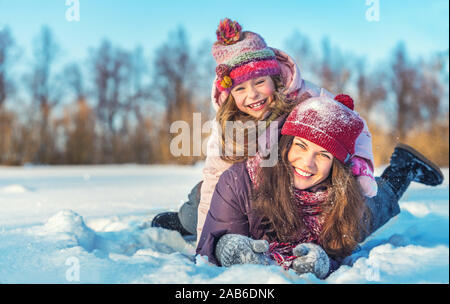 Aktive Mutter und Tochter spielen in Winter Park - Stockfoto