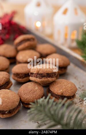Haselnuss spritzgebäck Sandwiches mit Schokolade gefüllt - Stockfoto