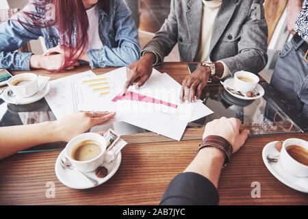 Multi-ethnische Menschen Unternehmer, Small Business Konzept. Frau, Kollegen etwas auf Laptop, wie Sie um eine Konferenz sammeln - Stockfoto