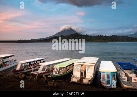 Vulkan Arenal und dem Arenal See bei Sonnenuntergang, in der Nähe von La Fortuna, Alajuela Provinz, Costa Rica, Mittelamerika Stockfoto