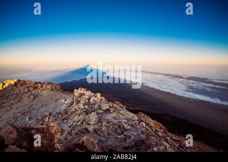 Blick auf El Teide Vulkan Schatten vom Gipfel bei Sonnenaufgang, El Teide Nationalpark, UNESCO, Teneriffa, Kanarische Inseln, Spanien, Atlantik, Europa - Stockfoto