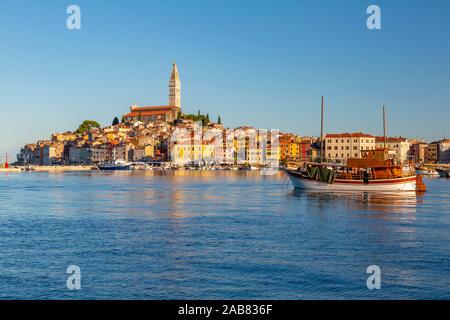Blick auf den Hafen und die Altstadt mit der Kathedrale von St. Euphemia, Rovinj, Istrien, Kroatien, Adria, Europa - Stockfoto
