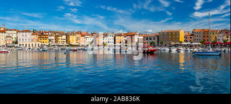 Blick auf den Hafen und farbenfrohe Gebäude der Altstadt, Rovinj, Kroatische Adria, Istrien, Kroatien, Europa - Stockfoto