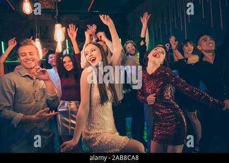 Foto von großen Unternehmen der Studierenden in night club Spaß und Tanz zusammen mit aufgeregten Mimik und Lichter leuchten zu haben - Stockfoto