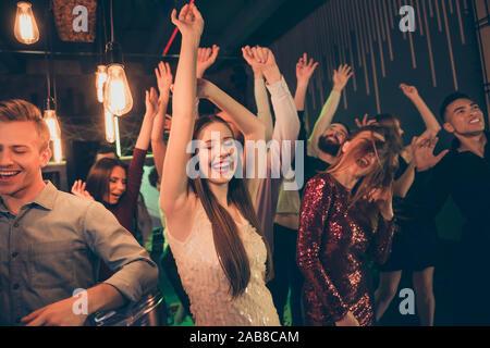 Foto fröhliche attraktive positive Lustige funky Studenten in der Nacht Club Urlaub Wochenendurlaub genießen im Licht der hellen Lampen aufhängen - Stockfoto