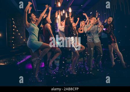 Volle Länge Körper Größe Foto fröhliche, charmante Schöne junge Menschen, die Spaß an der Nacht Club Dancing in fallenden Konfetti regen unter ständigen - Stockfoto