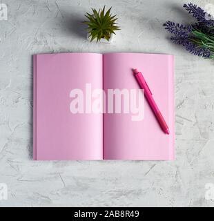 Öffnen Sie Notizbuch mit leeren rosa Seiten, rot Bleistift und einen Blumenstrauß der Lavendel auf einem weißen Hintergrund, Ansicht von oben, flach. - Stockfoto