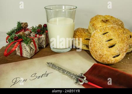 Weihnachten Kuchen und Milch für Santa einen Brief schreiben Mince - Stockfoto